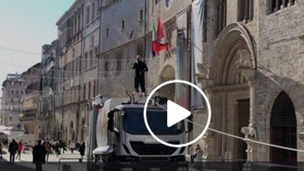 VIDEO - Il funambolo Loreni è tornato: i preparativi per la sua camminata su di un filo a Corso Vannucci
