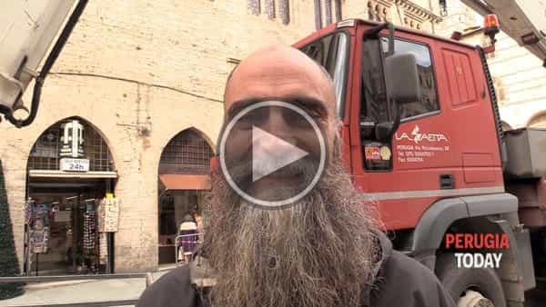 """VIDEO - Natale spettacolare a Perugia, il funambolo camminerà di nuovo in cielo: """"Ecco come ho iniziato"""""""