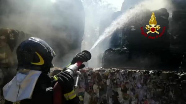 VIDEO Trevi, incendio in una cartiera: vigili del fuoco in azione
