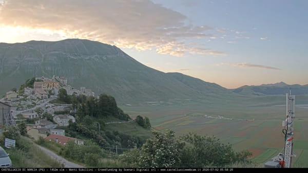 VIDEO L'alba e la fioritura, la magia del Pian Grande e di Castelluccio di Norcia