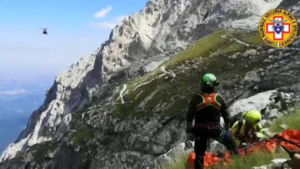 VIDEO Paura sul Gran Sasso, alpinista perugino soccorso in elicottero: le immagini