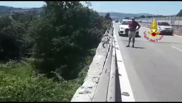 VIDEO Perugia, camion si ribalta fuori dal raccordo: le immagini dell'incidente