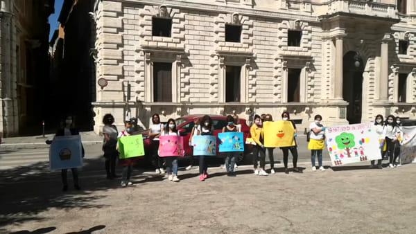 """VIDEO Emergenza coronavirus, i maestri dei nido privati protestano in piazza Italia: """"Dimenticati"""""""