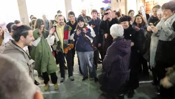VIDEO Sardine umbre in piazza della Repubblica, la signora si unisce alle danze