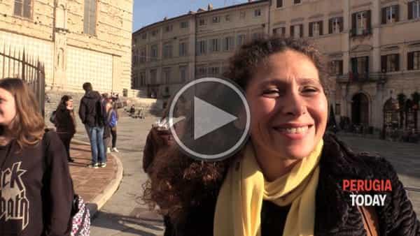 VIDEO - Tutti pazzi per il funambolo, show in centro storico: cosa pensano i perugini