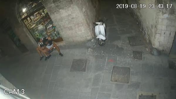 VIDEO Notte da incubo in centro: le immagini dell'inizio della rissa tra i due clan, autori anche di atti vandalici