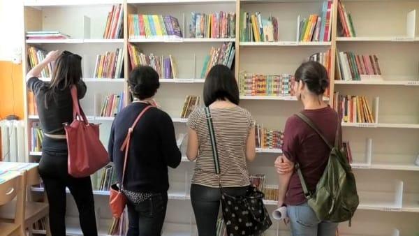 VIDEO Una biblioteca di 300 libri per i ragazzi della Valentini grazie a Umbra Acque e Edizioni Corsare