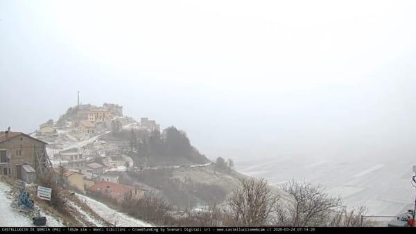 VIDEO Neve di primavera in Umbria, l'alba a Castelluccio di Norcia