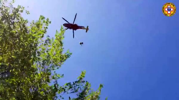 VIDEO Incidente lungo il sentiero, ciclista trasportato in ospedale in elicottero: le immagini dei soccorsi