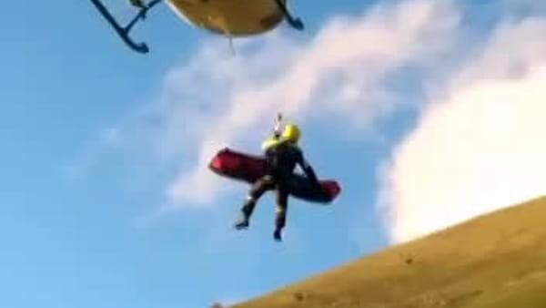 VIDEO - Precipita con il deltaplano e muore nell'impatto