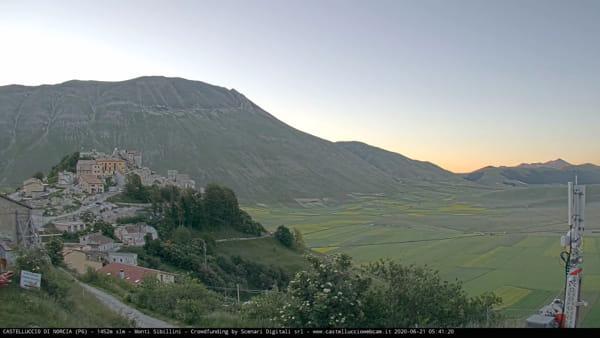 VIDEO Castelluccio di Norcia, l'alba e l'anticipo della fioritura: le immagini in timelapse