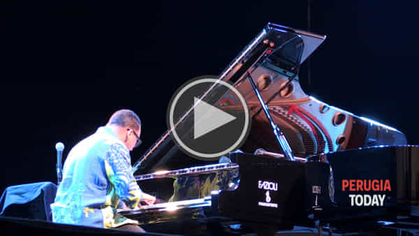 VIDEO Umbria Jazz, il grande virtuosismo latino all'Arena con duo pianistico Valdes-Rubalcaba