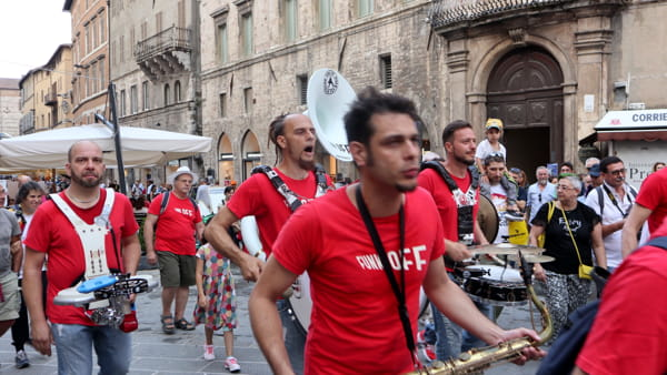 VIDEO Umbria Jazz 2019, passeggiata a tutto ritmo con i Funk Off