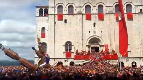 VIDEO Lo spettacolo dei Ceri di Gubbio: l'alzata in Piazza Grande