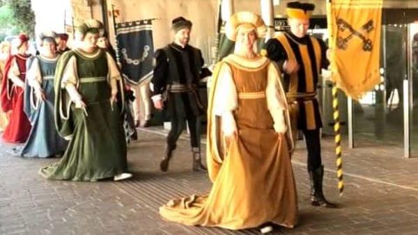 VIDEO Perugia 1416, le dame dei Rioni arrivano in Minimetrò