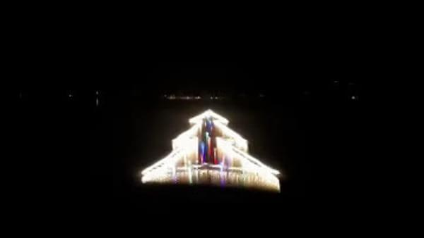 VIDEO Natale al Trasimeno, l'accensione del mega albero sul lago