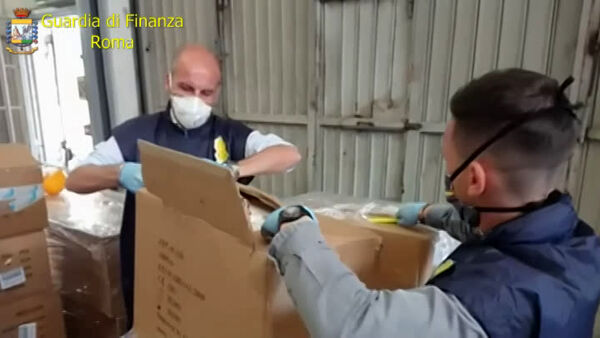 VIDEO Perugia, maxi sequestro di mascherine: quattro denunciati per frode in commercio
