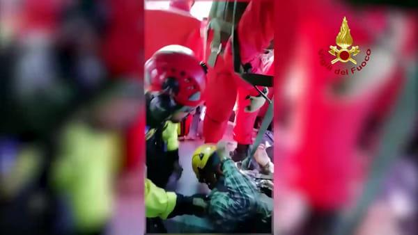 VIDEO Anziano disperso nel bosco, il recupero visto dall'elicottero