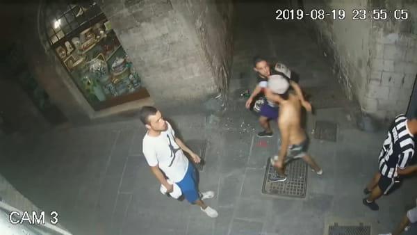 VIDEO Le immagini della video-sorveglianza:  vandalismo in centro,  la furia del branco nel vicolo