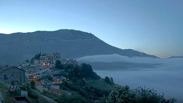 VIDEO L'alba, le 'onde' e un mare di nuvole su Castelluccio di Norcia, pura magia