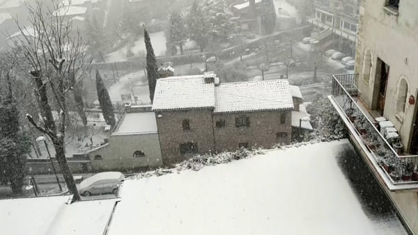 VIDEO Neve in gran parte della provincia di Perugia: Gualdo Tadino sotto i fiocchi, tutto bianco!