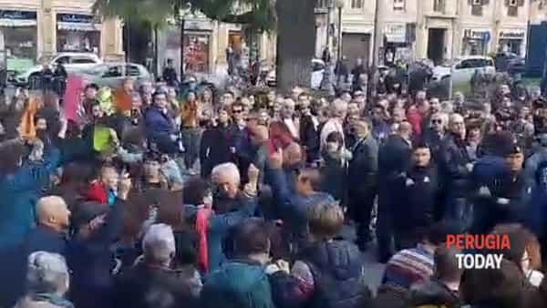 VIDEO Perugia, folla in piazza Italia per Salvini: la contestazione al ministro, le immagini