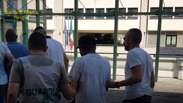 VIDEO Perugia, inondavano il centro di eroina e cocaina: banda di spacciatori sgominata, le immagini degli arresti