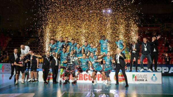 Volley Superlega, la Sir Safety Perugia chiude il 2020 con una Supercoppa e Trento nel mirino