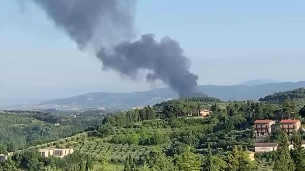 VIDEO Incendio alla Biondi Recuperi a Balanzano: la nube nera prodotta dalla combustione dei rifiuti