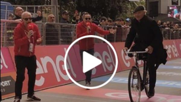 "VIDEO Giro d'Italia 2019, sorpresa al traguardo: Don Matteo ""vince"" la quarta tappa"