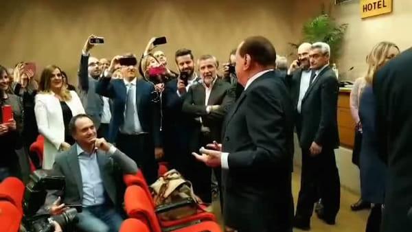 """VIDEO  Berlusconi a Perugia: le barzellette dell'asino molto dotato e sul Pd """"poltronaro"""""""