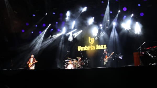 VIDEO Umbria Jazz, Max Gazzè e Alex Britti all'Arena Santa Giuliana con Manu Katché e Flavio Boltro