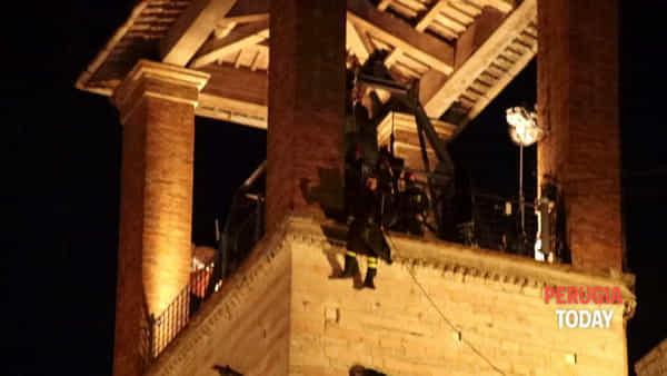VIDEO Giù dal campanile di Palazzo dei Priori, torna la magia della Befana