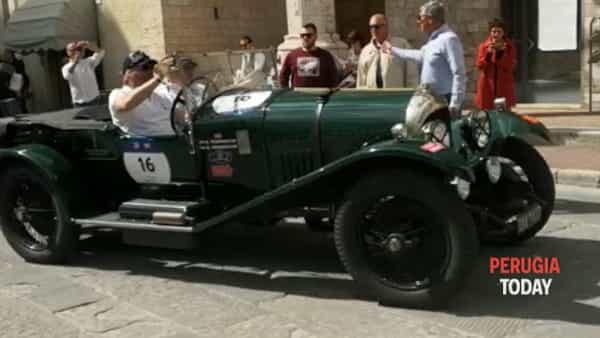 VIDEO Mille Miglia, le auto storiche nel cuore di Perugia: capolavori senza tempo