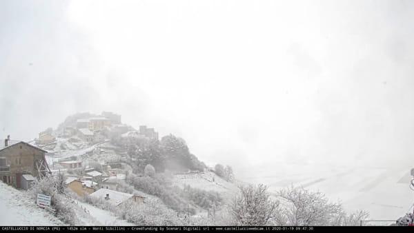 VIDEO Castelluccio di Norcia, alba innevata: le immagini in timelapse