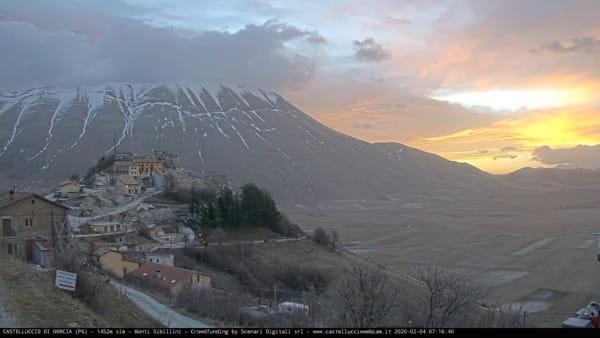 VIDEO Castelluccio di Norcia, lo spettacolo dell'alba in timelapse
