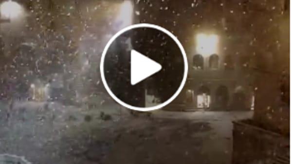 VIDEO La Fontana Maggiore, di notte, sotto una bellissima nevicata
