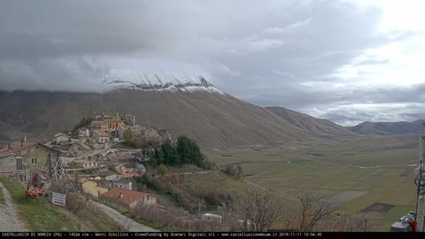 VIDEO Castelluccio di Norcia e la prima neve, imbiancato il Monte Vettore