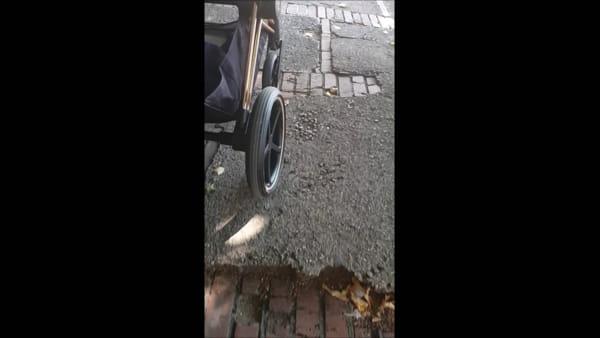 VIDEO - Passeggiata-avventura per una mamma con passeggino in via Fiorenzo di Lorenzo