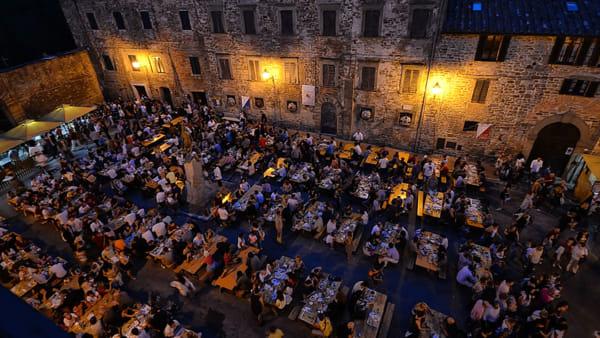 """Vino gratis a colpi di ramato e ottimo cibo: torna la sagra """"più barbara"""" dell'Umbria"""
