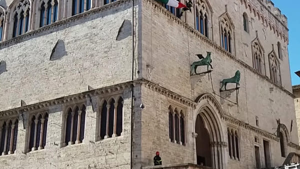 VIDEO Santa Barbara, i vigili del fuoco calano il tricolore sulla facciata di Palazzo dei Priori