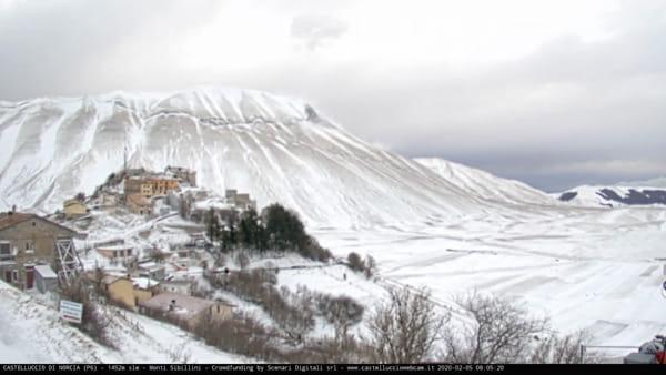 VIDEO Castelluccio di Norcia, risveglio imbiancato: alba innevata