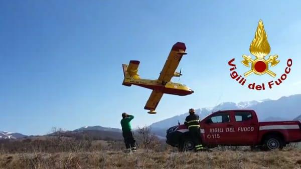 VIDEO Incendio in Valnerina, il fuoco mangia il bosco di Cascia: canadair in azione