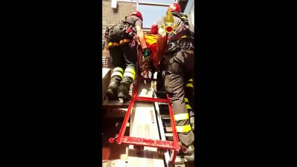 VIDEO Bloccato nell'ascensore inclinato del minimetrò, arrivano i vigili del fuoco. Esercitazione riuscita