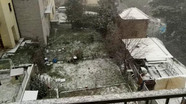 """VIDEO Nevicata di """"primavera"""" ai piedi dell'appennino: tetti, giardini e strade imbiancate in città"""