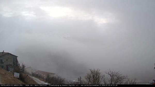 VIDEO Castelluccio di Norcia tra nuvole e neve, l'alba in timelapse