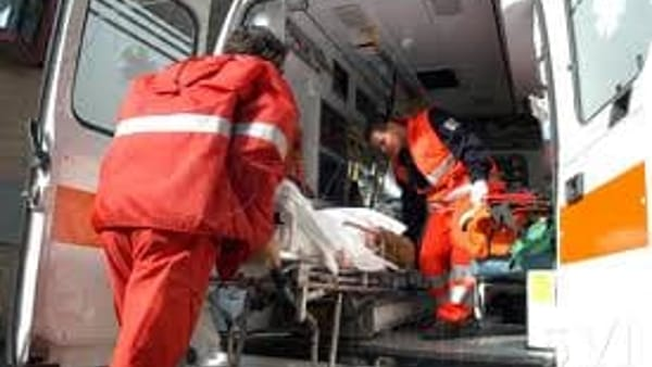 Incidente stradale a Foligno, auto si ribalta: donna incinta in ospedale