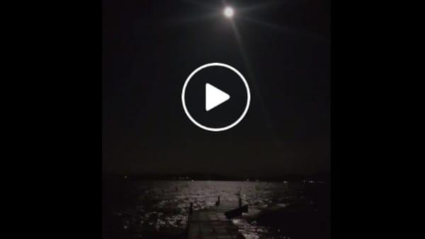 VIDEO La superluna e il lago Trasimeno, la magia della prima notte di primavera