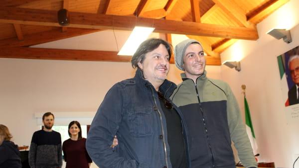 VIDEO Cristiano De André a sorpresa in visita al Comitato Chianelli: la sua esibizione con un giovane ospite