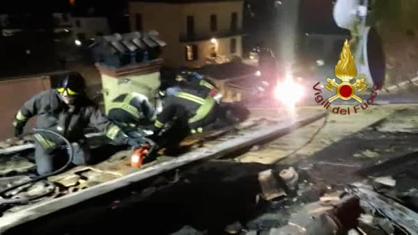 VIDEO Perugia: canna fumaria in fiamme, danneggiato anche il tetto